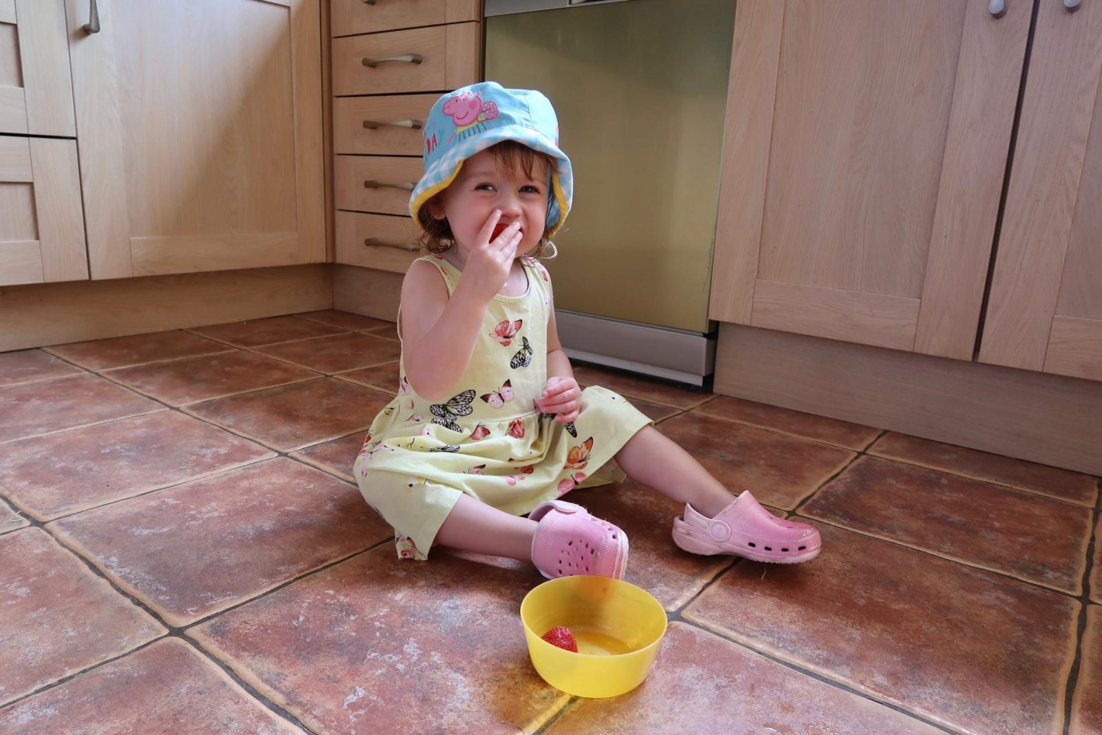 child eating off the floor - no Hinch Army