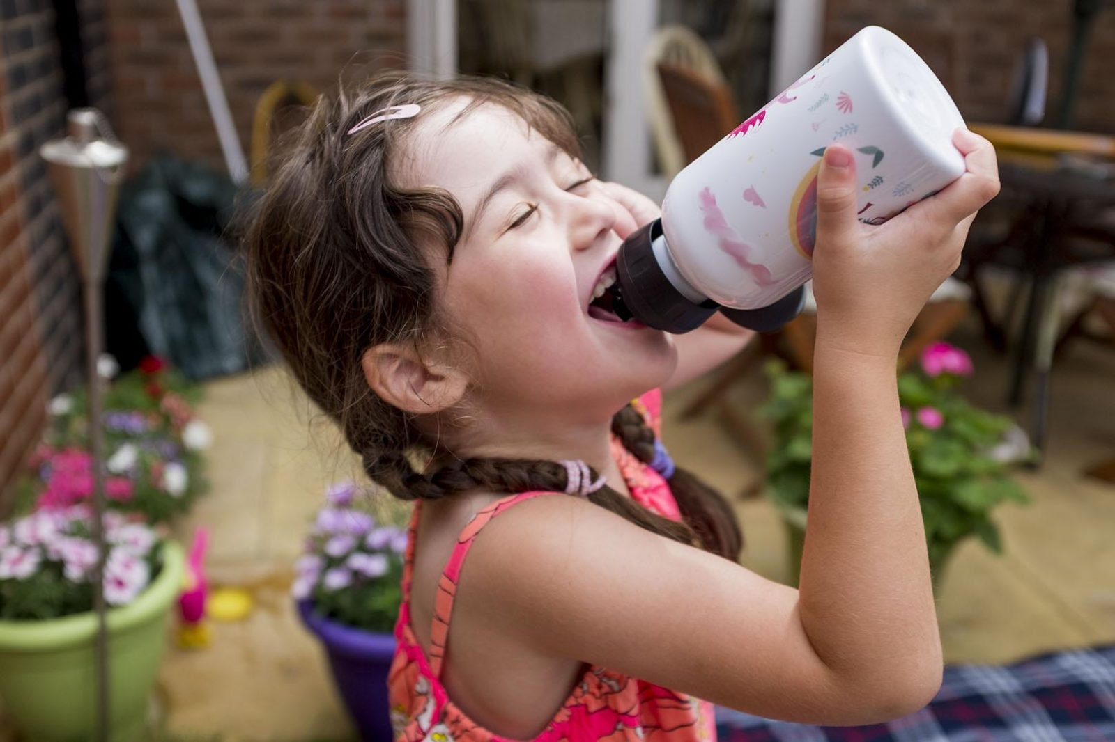 Girl drinking from a personalised Petit-Fernand drinking bottle