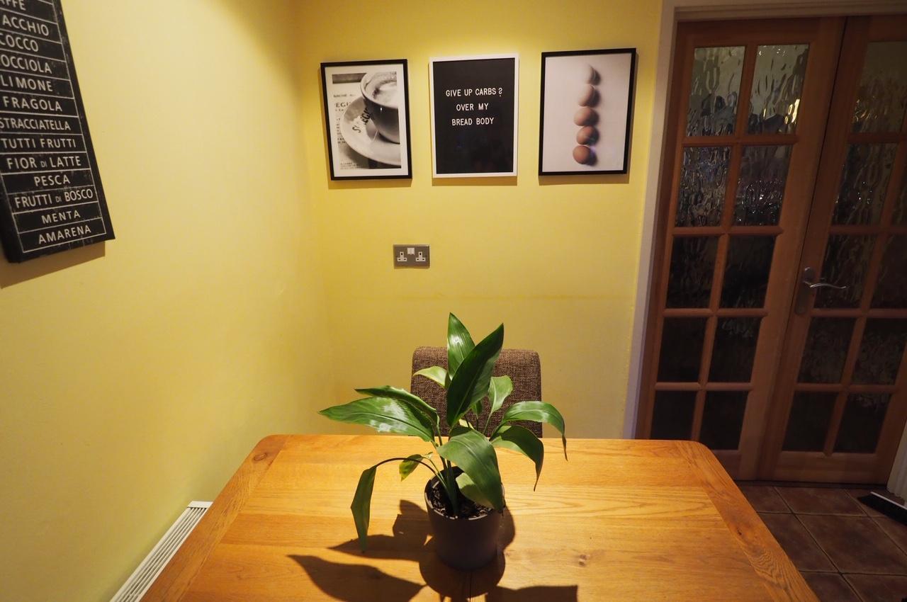 kitchen displaying desenio prints