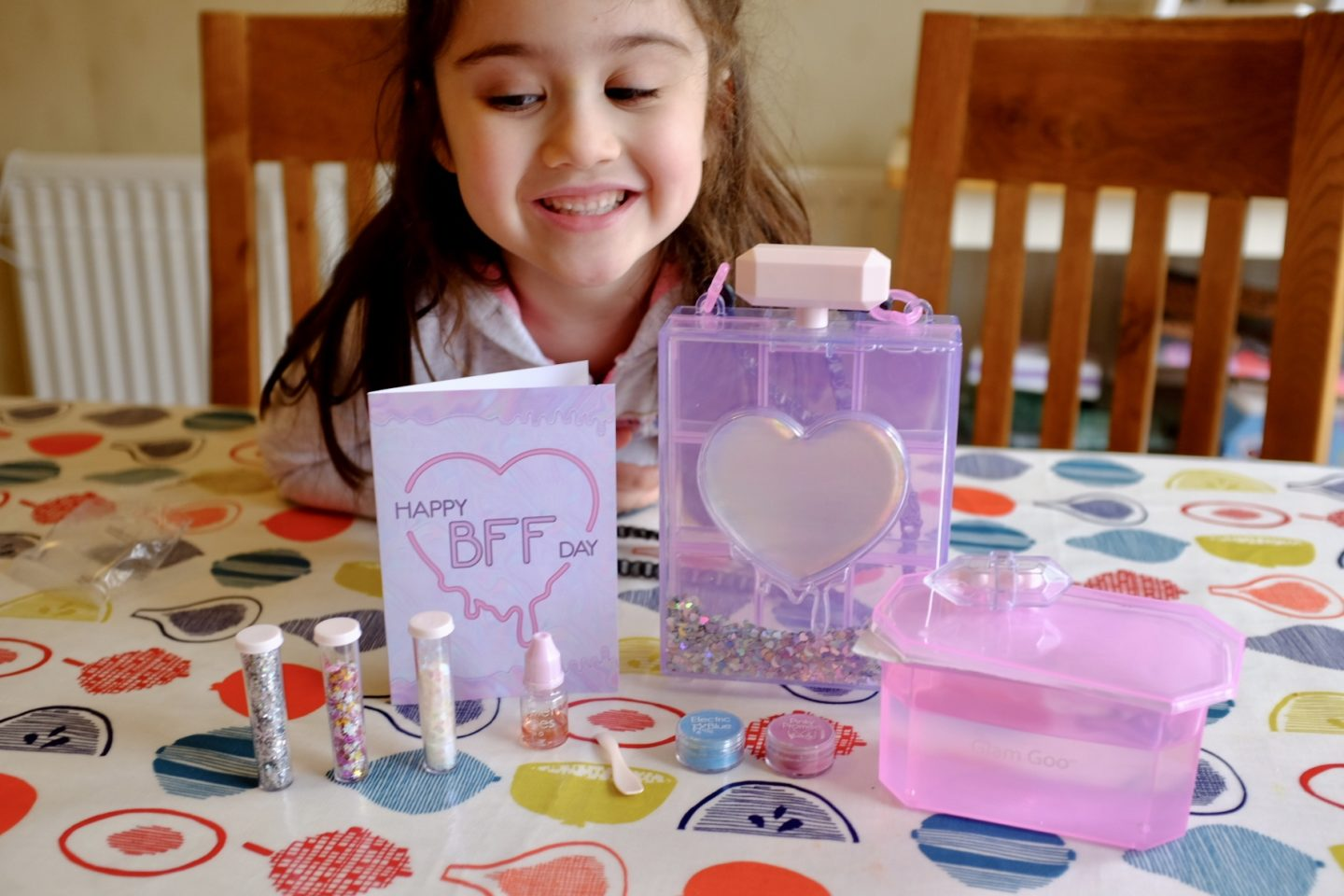 girl with glam goo deluxe kit contents