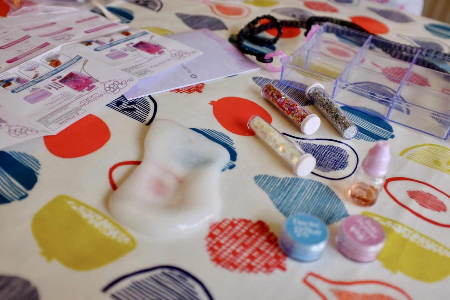contents of Glam goo deluxe slime kit