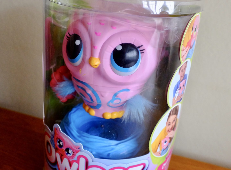 Owleez flying toy