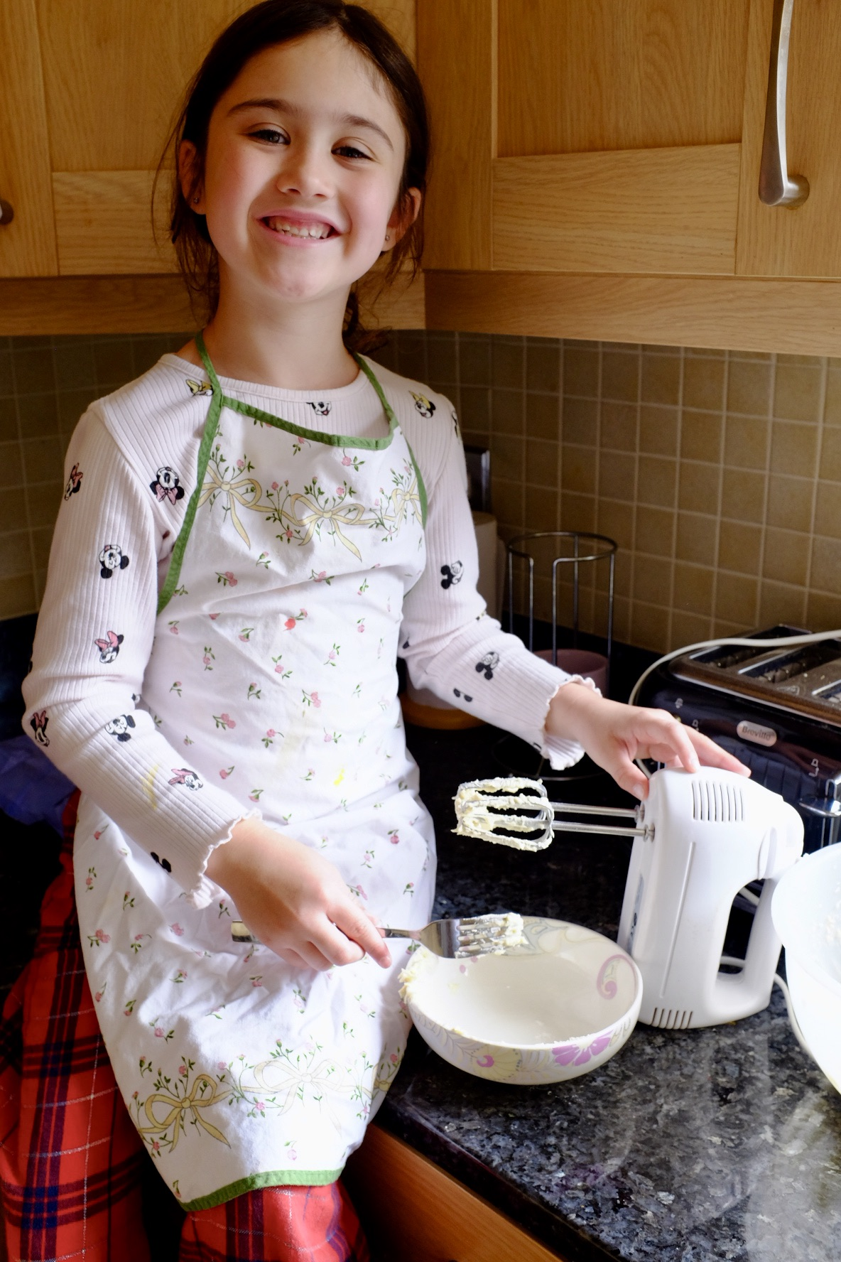 girl making vanilla white chocolate marshmallow cupcakes