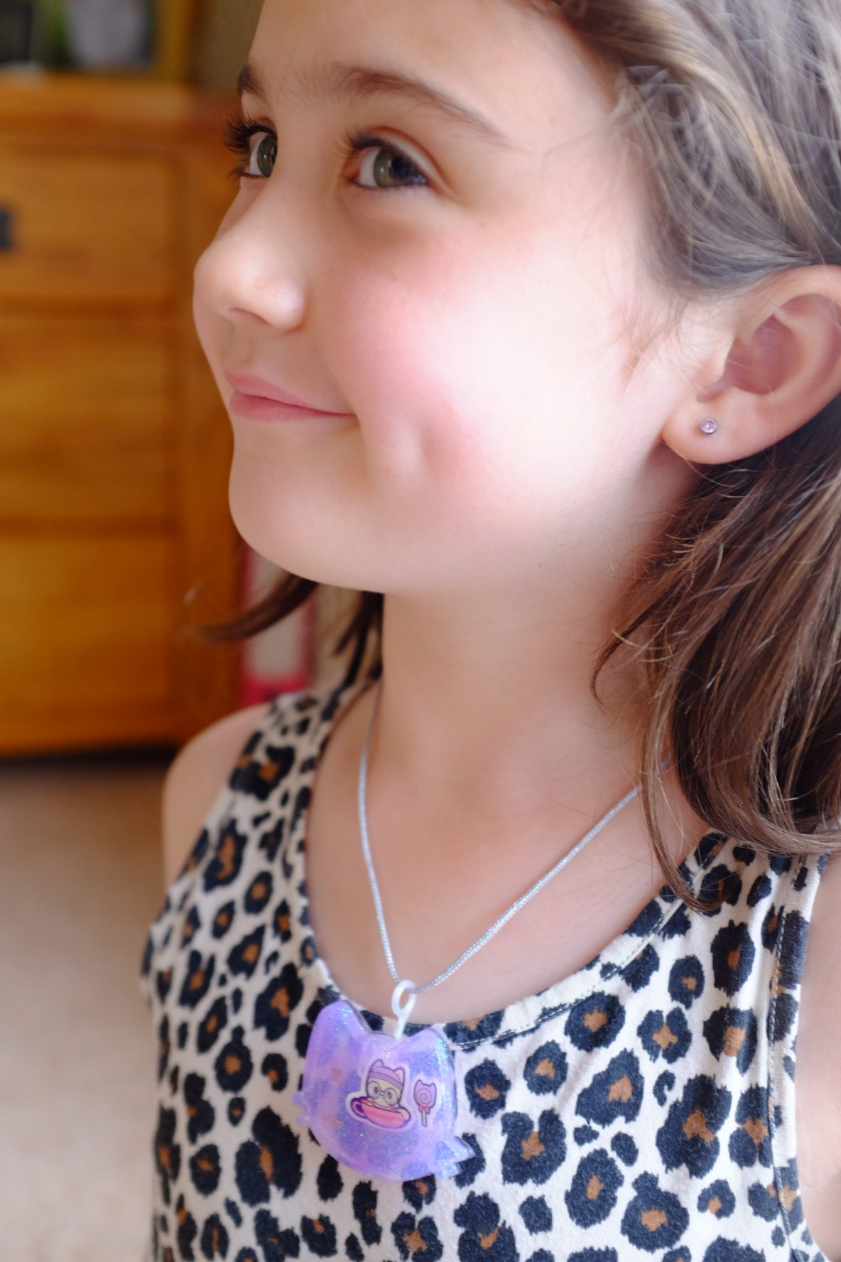 girl wearing a Jelli-rez necklace